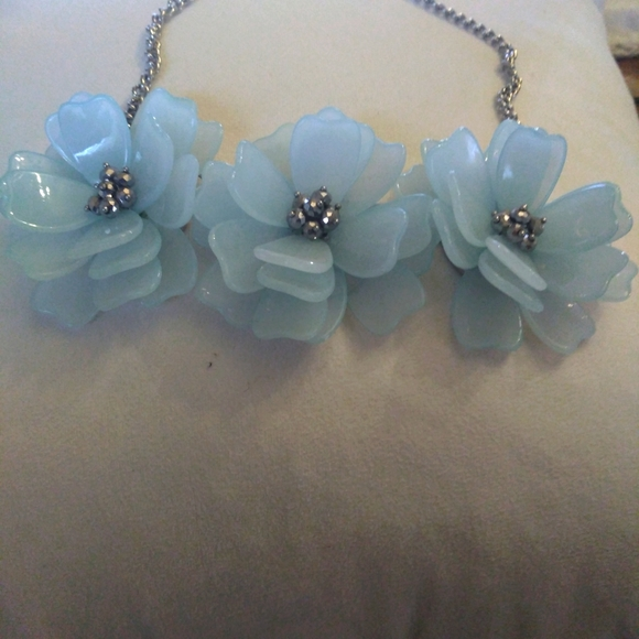 Beautiful jade color three flowers necklace